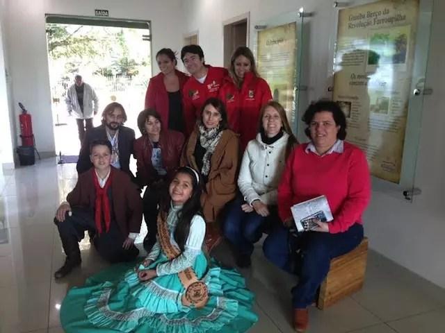 No espaço Vitrine Cultural com a prenda mirim e o pessoal do turismo de Guaíba