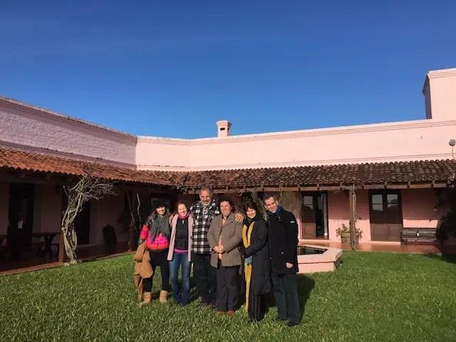 O grupo de blogueiros do projeto Farroupilha com Ignacio: Alexandra, Gardênia, Paula, Roberta e Gleiber