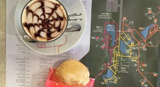 começando o dia na cafeteria do parque tentando entender o mapa e planejando o meu percurso