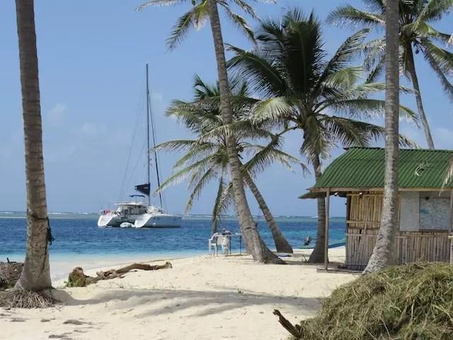 Ilha de Chichime. Nossa cabana e o veleiro Ipanema ao fundo.
