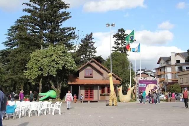 área da praça central onde se concentram as atrações principais, bilheteria e teatro