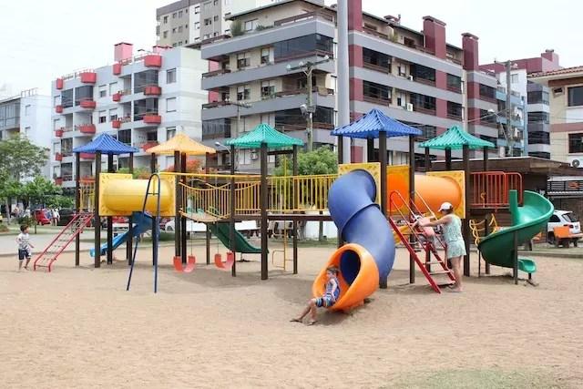 Para quem leva crianças, a praça é uma boa forma de entreter a gurizada