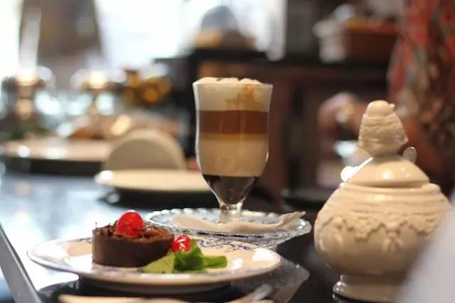 uma sobremesa com café especial em uma das visitas que fiz à loja