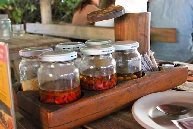 as pimentas à mesa são pura diversão para quem curte emoções picantes