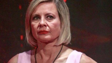 """""""Se mi rovina la porto in tribunale"""". Antonella Elia trema, il retroscena velenoso sull'ex vippona del GF"""