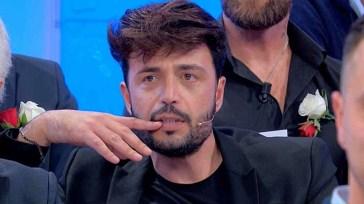 """""""Non ti azzardare"""". UeD, Armando Incarnato torna in studio ed è subito caos. Maria De Filippi lo censura"""