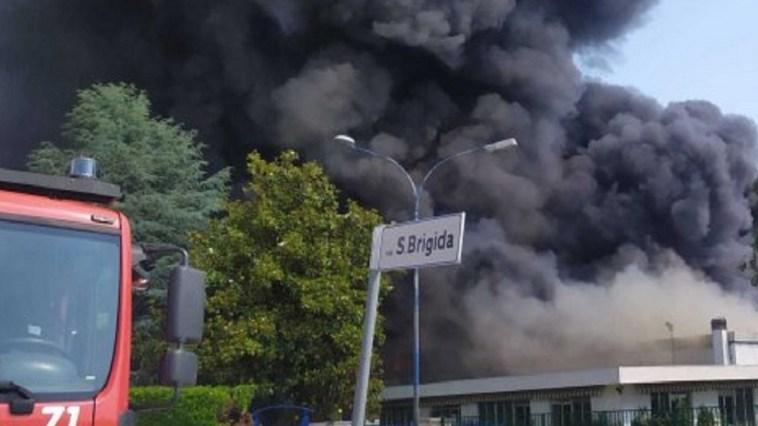 """Enorme incendio in fabbrica: feriti, colonna di fumo denso. """"Abbiamo chiesto di non uscire di casa"""""""