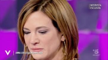 """""""Mi ha riempita di botte"""". Asia Argento, la confessione senza freni a Verissimo. E si commuove persino Silvia Toffanin"""