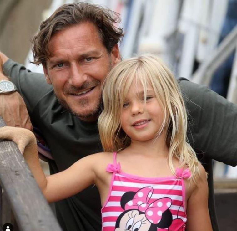 Sorpresa Francesco Totti: il cambio look in vacanza è drastico