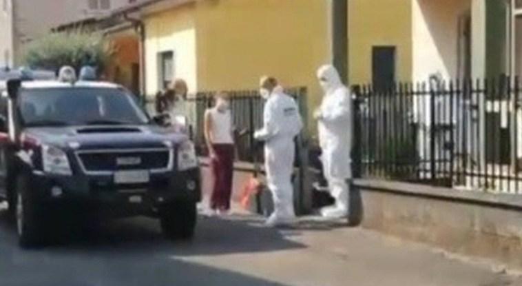 """""""Un lago di sangue"""". Mamma uccisa in casa a coltellate. Il figlio ascoltato dalla polizia"""