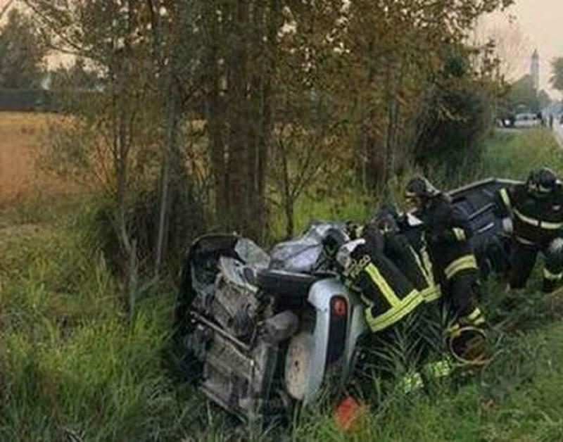 カターニアの女性兵士の死亡事故車が転覆した