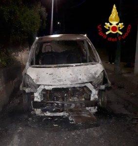 Lanusei. Auto distrutta dalle fiamme