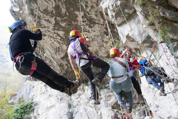 Prove di tecnica di progressione su corda usata in speleologia. Palestra del Cogoeòn di Valgadena.