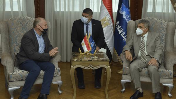 رئيس هيئة قناة السويس يلتقي سفير أستراليا بالقاهرة