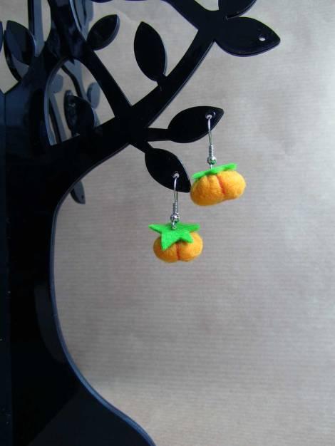 Pendiente de calabaza en un árbol
