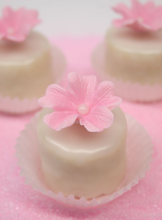 https://i0.wp.com/www.cakejournal.com/wp-content/uploads/img_pink-petit-fours-11.jpg