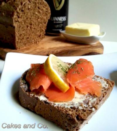 Salmone affumicato e pane nero alla Guinnes