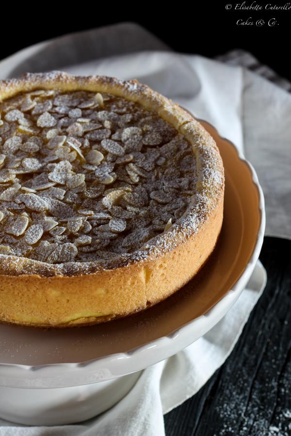 Crostata alla crema senza glutine con mandorle deliziosa frolla e vellutata crema pasticciera ricoperta di mandorle a filetti
