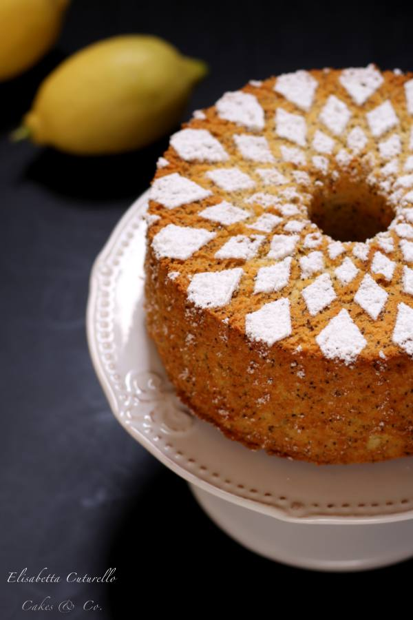 Chiffon cake al limone e semi di papavero. La sofficissima e famosissima ciambella americana nella versione al imone e semi di papavero, profumata e buonissima, perfetta a colazione o merenda.