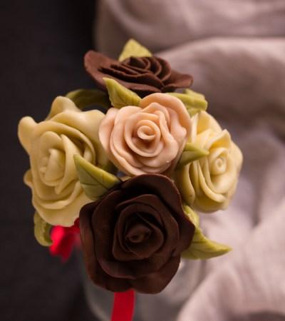 Il cioccolato plastico e il bouquet di rose di cioccolato