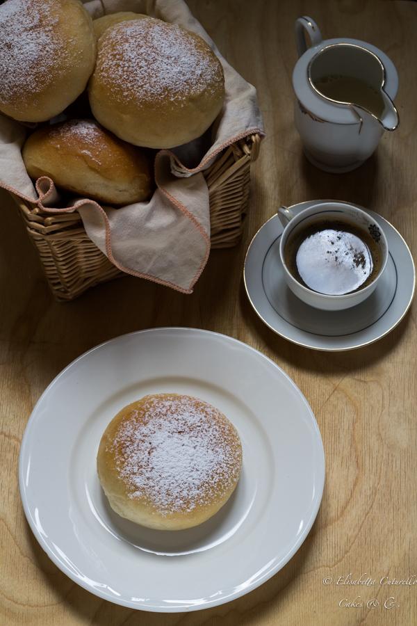 Brioches allo yogurt sofficissime senza uova né burro a lievitazione naturale, leggere e delicate, perfette a colazione.