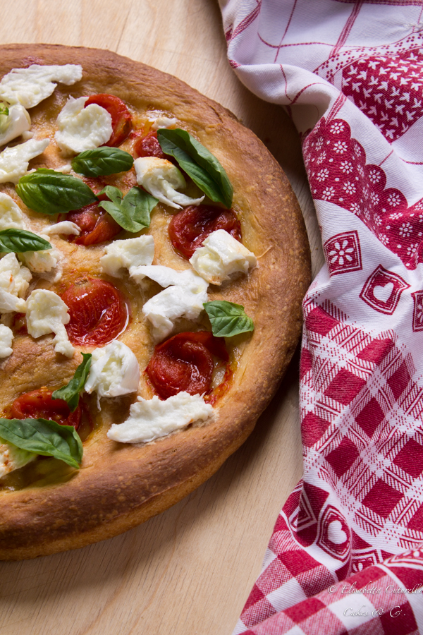 Focaccia alla semola bufala pomodorini e basilico fresco di Persegani: una focaccia soffice e golosa con mozzarella di bufala e basilico fresco in uscita