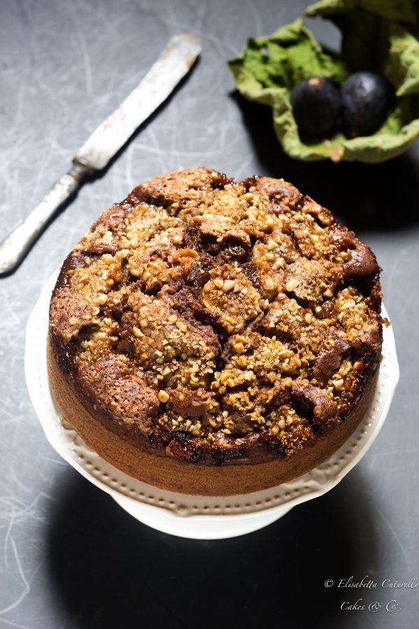 Torta vegan ai fichi, una leggera torta all'acqua arricchita da fichi freschi e granella di pinoli e un goccio di brandy.