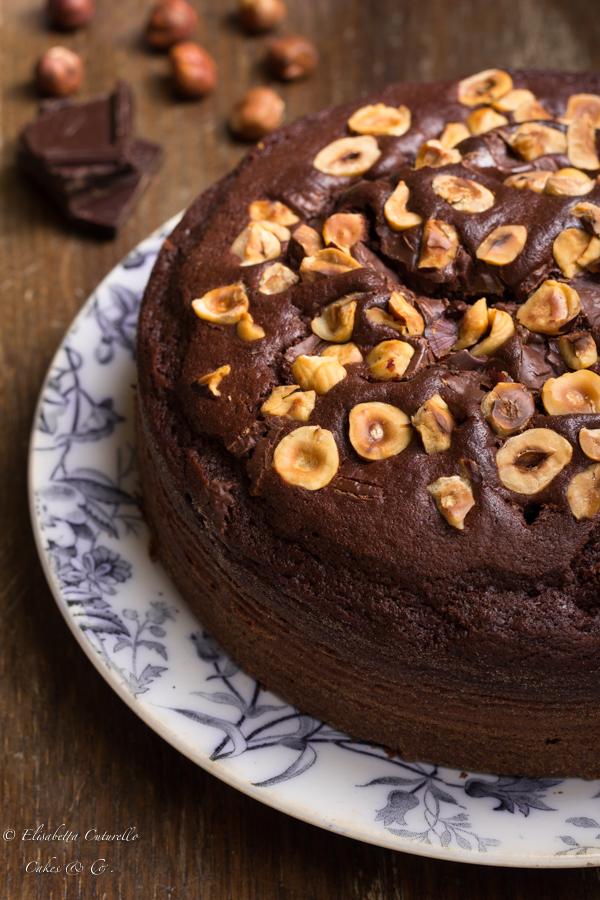 La torta al latte caldo cioccolato e nocciole conquisterà tutti gli amanti del cioccolato, perfetta a colazione o per una pausa golosa