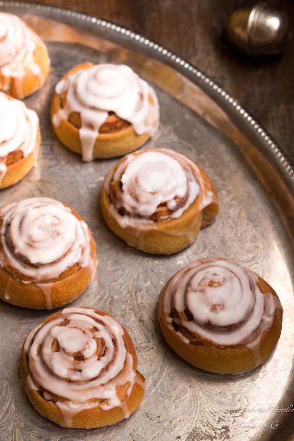 I cinnamon rolls bread dei gustosi panini dolci alla cannella in versione rolls ossia arrotolati su se stessi a formare delle golose spirali sormontate da una delicata glassa allo zucchero.