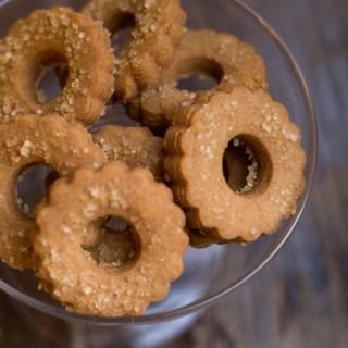 I frollini al caramello sono degli squisiti biscotti con nell'impasto la base per preparare le caramelle mou assolutamente da provare, perfetti a colazione o a merenda