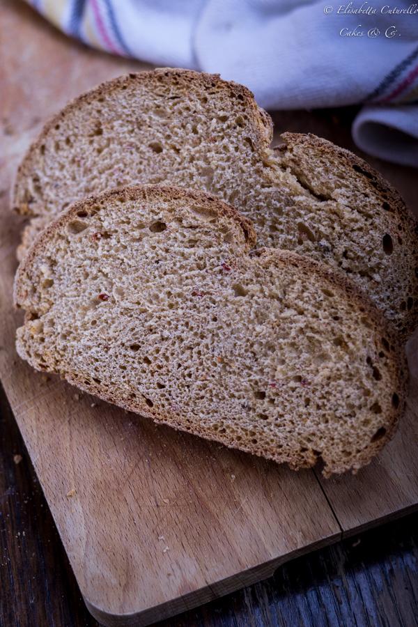 Pane alla n'duja con farina di grano duro Senatore Cappelli un pane semplice ma con un ingrediente speciale: la n'duja, che gli dona un bel colore e una marcia in più.