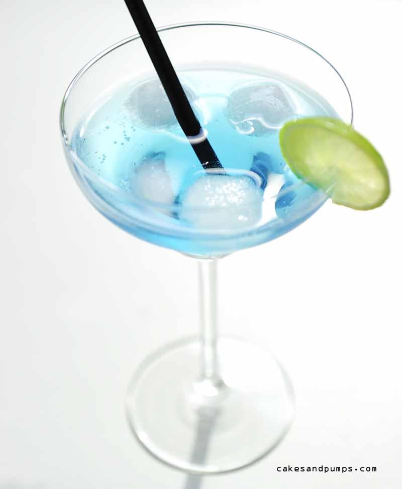 Cocktail Caribbean Blue op een witte achtergrond voor cocktail Friday