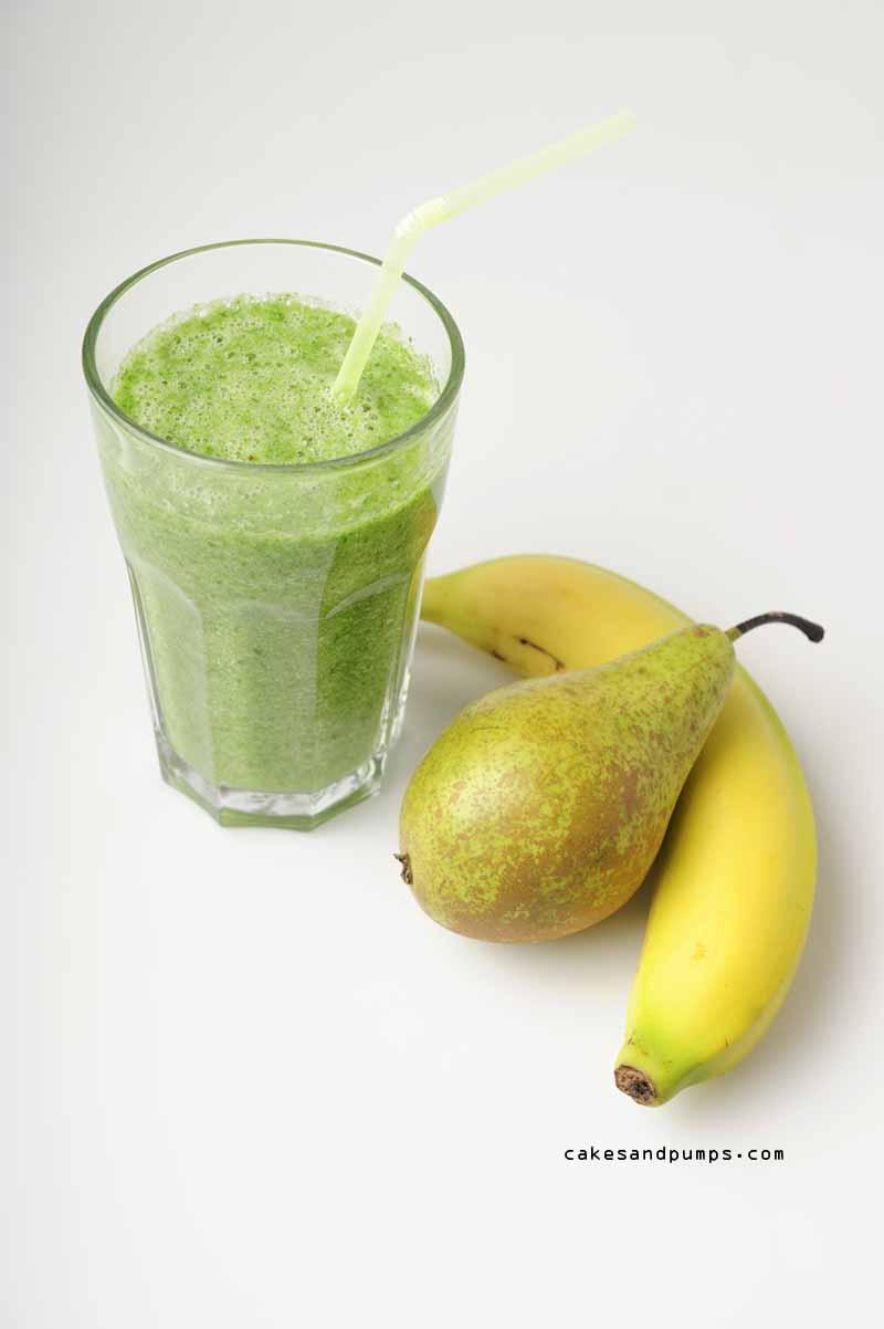 Groene smoothie voor Sunday Smoothie met banaan, bleekselderij peer en spinazie