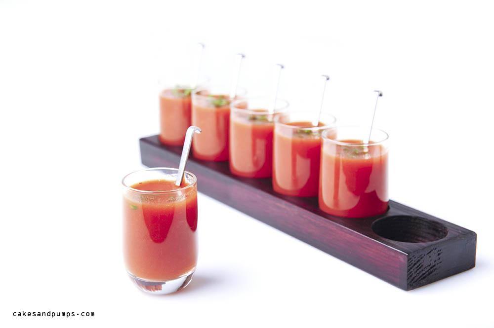 Je kunt de tomaten sap met peper ook als appetizer