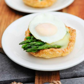 Little pies with green asparagus, Hollandaise sauce and (quail) egg
