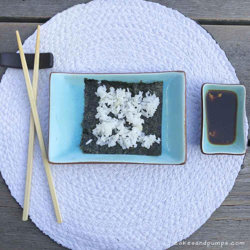Sushi maken - rijst op het nori blad, cakesandpumps.com