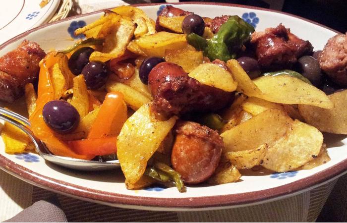 patate, salsiccia alla pentolaccia