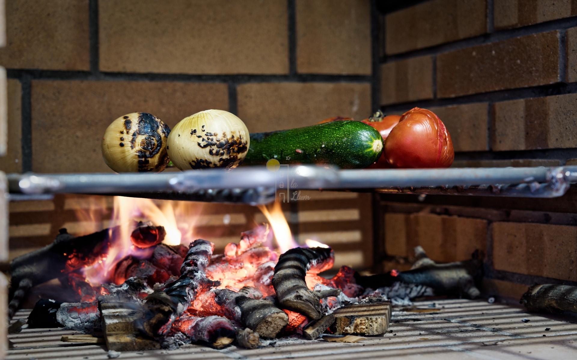 Barbacoa en la cocina de Ca la Llum, la casa más acogedora de Tivissa
