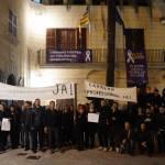 Prop de vuitanta treballadors de l'Ajuntament de Son Servera es convoquen a les portes del consistori amb pancartes i xiulets per reclamar l'aplicació de la Carrera Professional