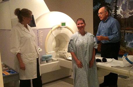 הנסיינית קייט סקאל ופרופ' בארי קומיסארוק עם ה-fMRI לפני הדמיית האורגזמה