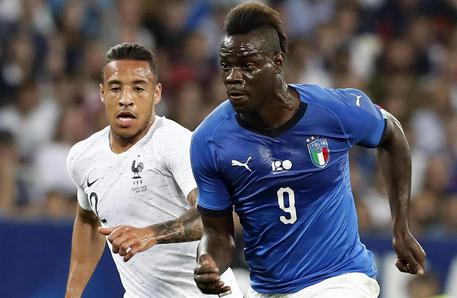epa06779059 Corentin Tolisso of France (L) in action against Mario Balotelli of Italy (R) during the International Friendly soccer match between France and Italy in Nice, France, 01 June 2018.  EPA/SEBASTIEN NOGIER