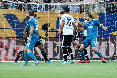 Juventus' Giorgio Chiellini (R) scores the 0-1 goal during the Italian Serie A soccer match Parma Calcio1913 vs Juventus FC at Ennio Tardini Stadium in Parma, Italy, 24 August 2019.ANSA/ELISABETTA BARACCHI