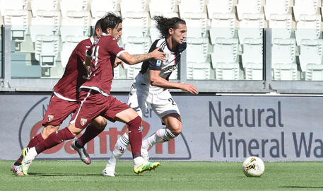 Juventus' Adrien Rabiot and Torino's Simone Verdi in action during the italian Serie A soccer match Juventus FC vs Torino FC at the Allianz stadium in Turin, Italy, 4 Julay 2020 ANSA/ ALESSANDRO DI MARCO