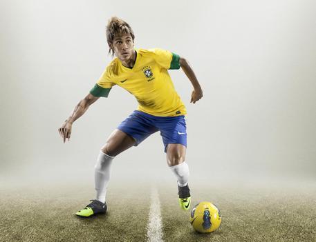 Il bomber della Selecao e del Santos, Neyemar,  indossa  le 'Green Speed' della Nike, una nuova scarpetta leggerissima (appena 160 grammi) fatta di fibre riciclate di una pianta brasiliana, la mamona, con cui giochera' alle Olimpiadi di Londra.   ANSA/UFFICIO STAMPA NIKE +++NO SALES - EDITORIAL USE ONLY+++
