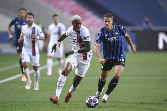 epa08599807 Paris Saint Germain's Presnel Kimpembe (L) in action against Atalanta's Robin Gosens (R) during the UEFA Champions League quarter final match between Atalanta and Paris Saint-Germain in Lisbon, Portugal 12 August 2020.  EPA/David Ramos / POOL