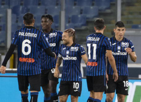 Atalanta's Alejandro Gomez(C)celebrates with teammates after scoring the 0-3 goal during Italian Serie A soccer match between SS Lazio and Atalanta Bc at Olimpico Stadium in Rome,30 September  2020.  MAURIZIO BRAMBATTI/ANSA