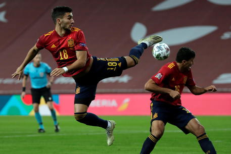 epa08826030 Spanish national soccer team striker Ferran Torres (L) in action during the UEFA Nations League soccer match, group 4, between Spain and Germany at La Cartuja Stadium in Sevilla, Spain, 17 November 2020.  EPA/Julio Munoz