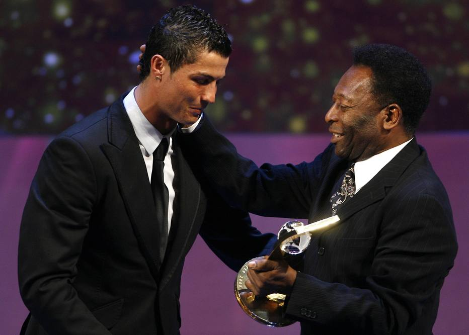 Cristiano Ronaldo of Portugal (L) receives the FIFA World Player 2008 award from soccer legend Pele during the FIFA World Player of the Year awards ceremony in Zurich January 12, 2009.   REUTERS/Christian Hartmann  (SWITZERLAND)