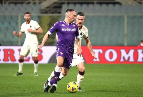 epa09049844 Fiorentina's midfielder Franck Ribery (L) vies for the ball with Roma's midfielder Jordan Veretout (R) during the Italian Serie A soccer match between ACF Fiorentina and AS Roma at the Artemio Franchi stadium in Florence, Italy, 03 March 2021.  EPA/CLAUDIO GIOVANNINI