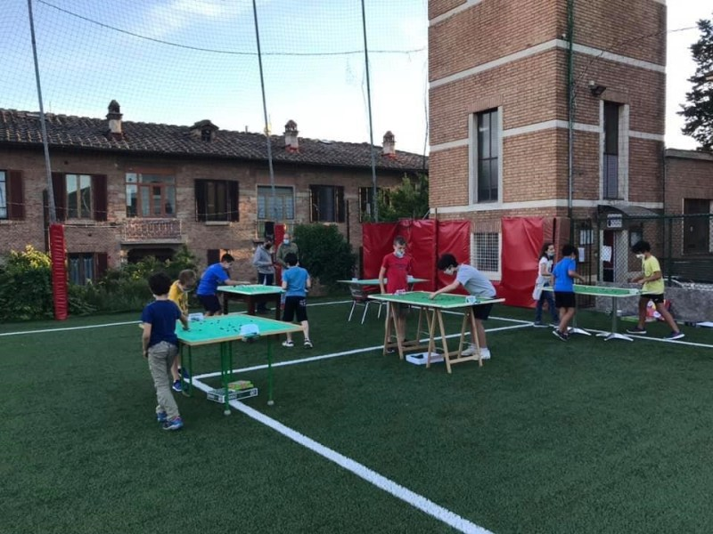 scuola calcio tavolo subbuteo gs alberino giocano all'aperto